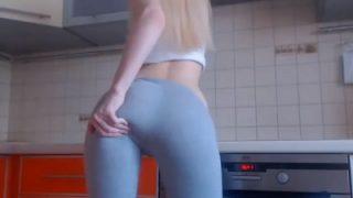 sexy7hot7: Spectacular blonde girl in leggings